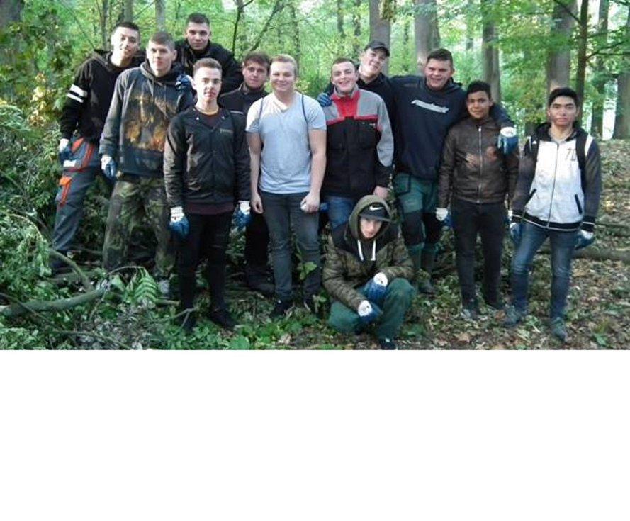 Žáci Střední školy v Boru pomohli s odklízením nepořádku v parku.