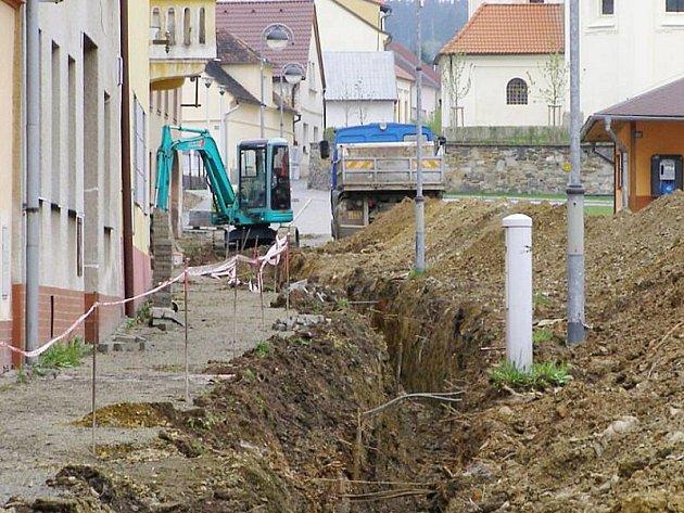Náměstí v Černošíně je rozkopané. Dělníci dělají nové přípojky k domů, veřejně osvětlení a další zemní práce.