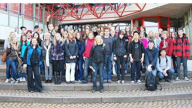 SPOLEČNÁ FOTOGRAFIE NA PAMÁTKU. Studenti Gymnázia Tachov a studentky dívčího Elly–Heuss Gymnasium Weiden se při přátelské návštěvě Tachovských ve Weidenu společně vyfotografovali před školní budovou.