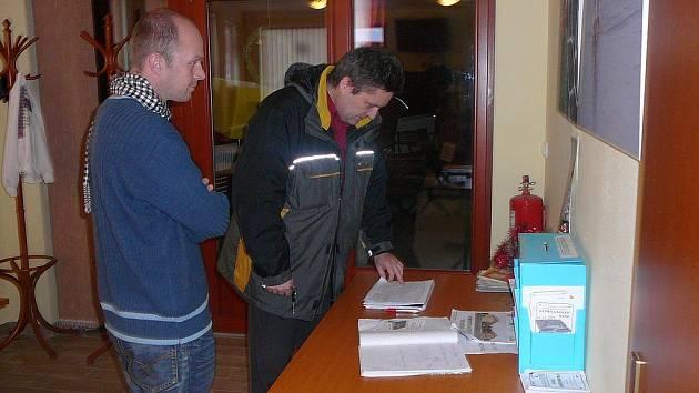 Fotograf Jan Foltán (vlevo) navštívil v doprovodu Pavla Blumy Komunitní centrum v Tachově, aby se seznámil se zařízením, kterému věnoval výtěžek z prodejní výstavy svých fotografií.