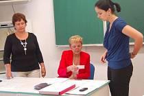 Ve čtvrtek se ve spádových školách konalo druhé kolo stárních maturitních zkoušek. Byla vybrána i Střední průmyslová škola Tachov. Před písemným testem a didaktickým testem z českého jazyka prokazovalqa občanským průkazem totožnost Jana Koláčková.