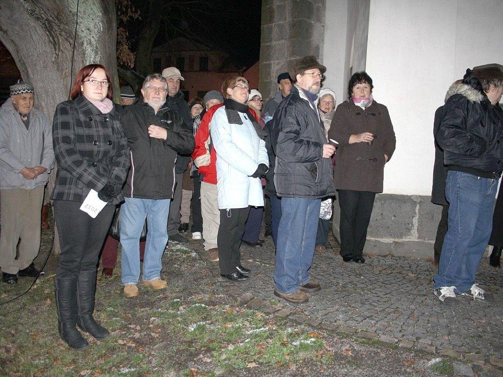 Lidé se z kostela přesunuli ke stromku, který požehnal otec Benedikt.