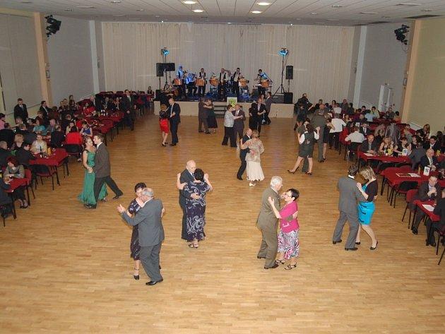 K TANCI zahrála Starovarka Cheb. Lidé tancovali bez přestání.