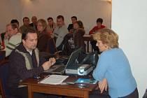 Zástupci klatovské developerské firmy František  Žíla a Marie Vinická (oba v popředí) se zúčastnili jednání zastupitelstva.