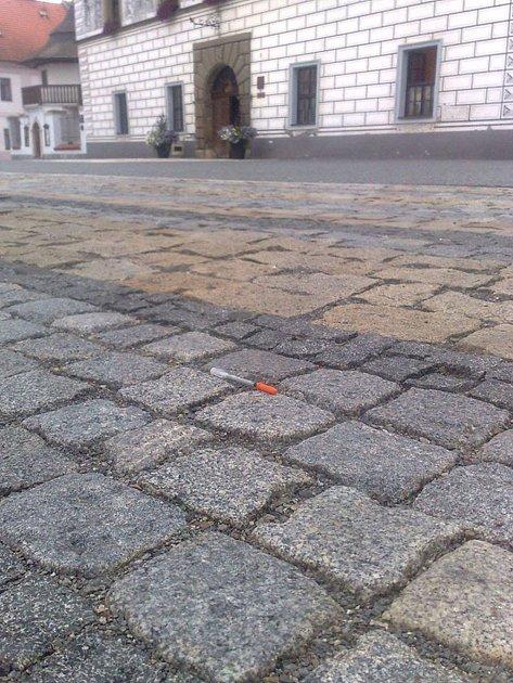 Jedna jehla byla nalezena přímo před radnicí ve Stříbře