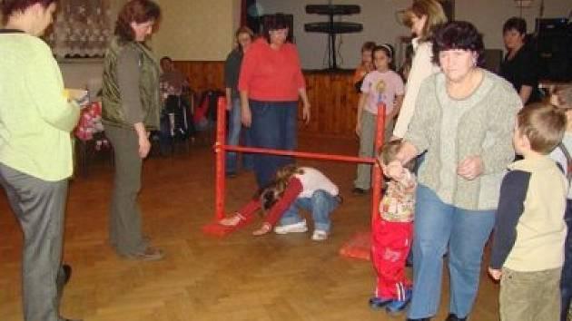 Pro děti uspořádala komise pro občanské záležitosti večer plný soutěží a her, při kterých se drobotina pořádně vydováděla.
