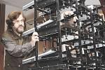 Leoš Šimánek s baterií několika projektorů, které budou promítat zážitky z Austrálie. Celkem se představí v 60 městech České republiky
