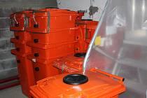Kontejnery na použitý kuchyňský olej.