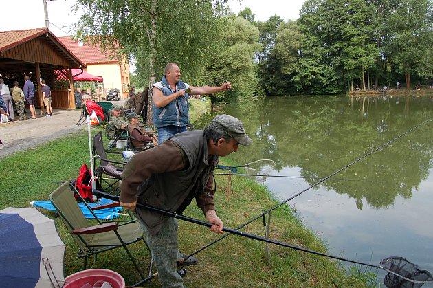 NEJČASTĚJŠÍM ÚLOVKEM, který rybářům končil v síti, byly drobné bělice, po jejich chycení následovalo důkladné proměření, zapsání na soupisku a vhození zpět do rybníka.