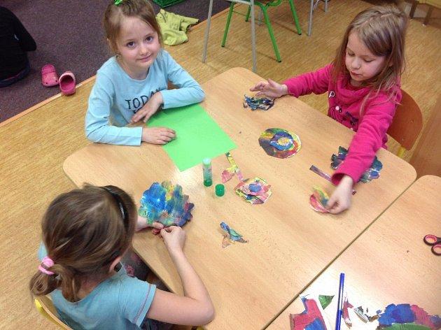 Vyrábění barevných květin a ptáčků v družině v Základní škole ve Stráži