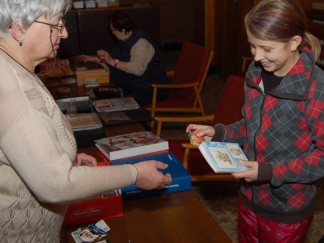 SETKÁNÍ GENERACÍ. Na burze kapesních kalendáříků se v přísálí kinosálu ve Stříbře sešli sběratelé. Nejmladší byla dvanáctiletá Zdena Bunková (na snímku s  organizátorkou burzy a sběratelkou Marií Jindrovou)