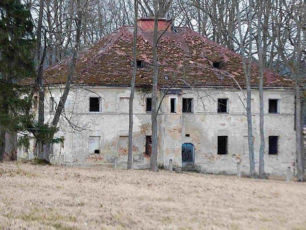 Takto vypadá Jánský zámek v Broumově dnes. Je z něj neudržovaná ruina.