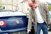 TACHOVSKÝ ADVOKÁT Aleš Hájovský ukazuje místo po násilím vypáčené registrační značce jeho automobilu. Za informace vedoucí k dopadení pachatele slibuje desetitisícovou odměnu.