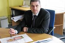 Ředitel tachovského Grammeru Martin Kořínek se studiemi nové výrobní haly.