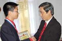"""Student Gymnázia Tachov Anh Dung Le """"Tonda"""" získal na Mezinárodní matematické olympiádě v Amsterodamu stříbrnou medaili."""
