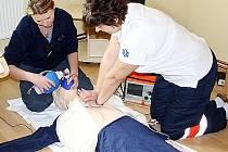 Tachovská záchranka má k dispozici dvě moderní výukové pomůcky. Na prvním lze simulovat zástavu vitálních funkcí a závažné poruchy srdečního rytmu, druhým je porodní simulátor.