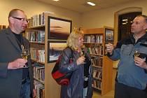 AUTOR Miroslav Ludvík z Plané a návštěvníci vernisáže Jaroslava Londová ze Stříbra a Jan Picka z Ošelína, který má už za sebou také několik výstav fotografií (zleva).