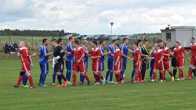 Fotbalisté Lomu (v červeném) i Tachova (v modrém) o víkendu vysoko zvítězili a i nadále pronásledují na čele tabulky okresního přeboru vedoucí Částkov.