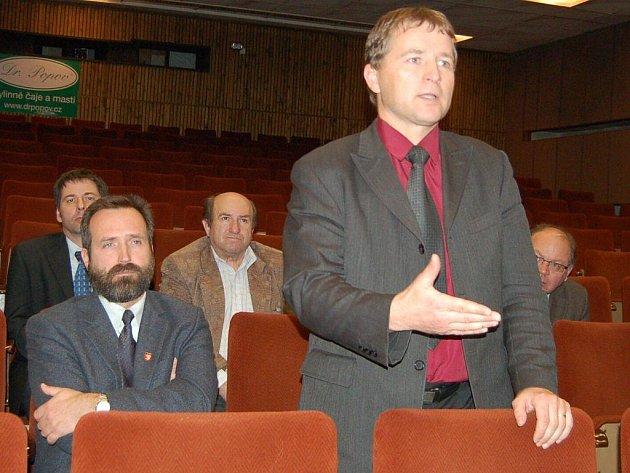 Jan Soulek (stojící vpravo), starosta Bezdružic, byl jedním ze zúčastněných, kteří s Rostislavem Vondruškou diskutovali. Vedle něj sedí Karel Fišpera, starosta Stráže.