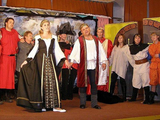 Po úspěchu ve Stříbře a v Boru zabodovali stříbrští ochotníci se svou Podivuhodnou nocí na Karlštejně v Kladrubech.