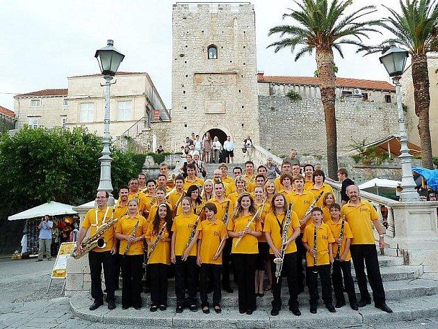 ČLENOVÉ tachovského Dechového orchestru mladých tráví letošní část prázdnin na koncertním pobytu v Chorvatsku.