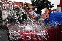 Nádvoří rodinného pivovaru Chodovar se stalo dějištěm soutěže v hasičském sportu