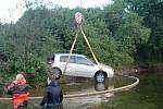 Utopené vozidlo v přehradě Hracholusky.