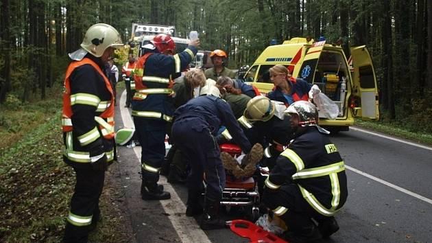 Při nehodě Škody Fabia RS byl těžce zraněn spolujezdec. Mladý šofér vyvázl s lehčími zraněními. Oba byli letecky traportováni do plzeňské fakultní nemocnice na Lochotíně.