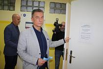 Ředitel tachovské polikliniky Petr Tuháček představil v doprovodu místostarostů Josefa Horáčka a Zdeňka Hnáta nové zázemí pro zaměstnance.