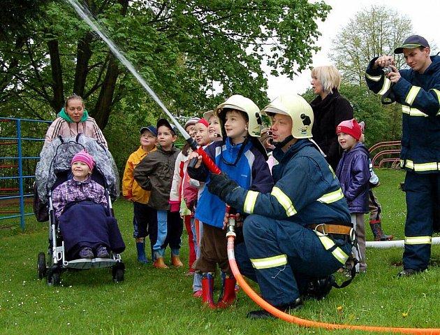 Z dětí se na chvíli stali hasiči