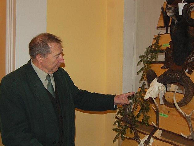 Předseda myslivecké komise Rudolf Ládr ukazuje oceněné trofeje.