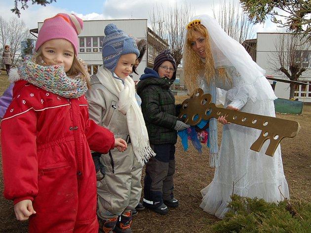 Víle odemkla zahradu ze zimního spánku společně s dětmi mateřské školy.