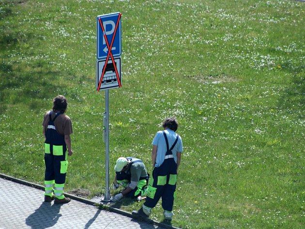 Instalace nových dopravních značek v Tachově.