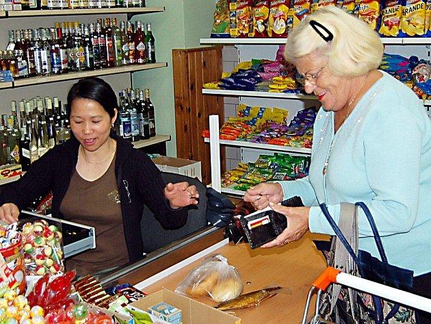 Mnozí zákazníci upřednostňují nakupování potravin u vietnamských obchodníků. Tak jako například důchodkyně Marie Bejčková z Boru (na snímku).