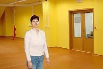 Soňa Vrbová z investičního oddělení tachovského městského úřadu ukazuje nově zrekonstruované prostory, do nichž se tachovská knihovna přestěhuje.