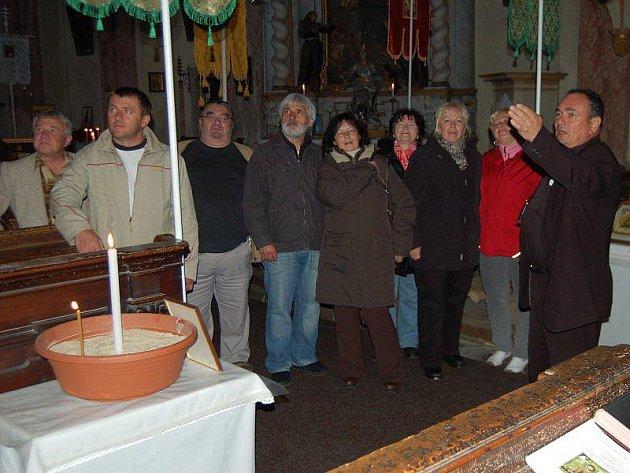 NOC KOSTELŮ. Farář pravoslavné církve Milan Horvát (vpravo) seznámil návštěvníky v pátek večer s historií a zajímavostmi kostela sv. Máří Magdalény, který se připojil jako jeden ze čtyř kostelů na Tachovsku k celostátní Noci kostelů.