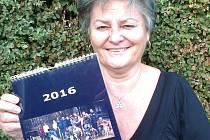Předsedkyně kynologického klubu Anna Maryšková s kalendářem vydaným na příští rok.