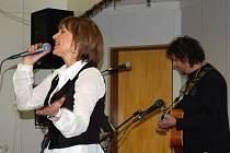 Hostem sobotní pouťové zábavy, která se v sobotu konala v sále ubytovny v Přimdě, byla zpěvačka Petra Černocká. Hrou na kytaru a zpěvem ji doprovázel manžel Jiří Pracný (oba na snímku).