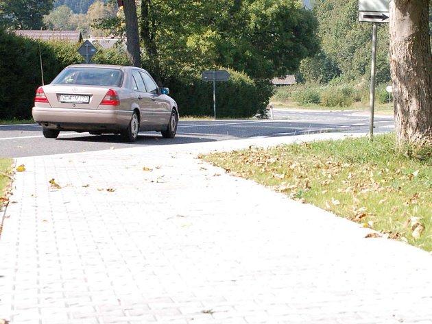 V Broumově se už lidé nemusí bát, mají kudy chodit. Obec nechala vybudovat nové chodníky podél celého průtahu obcí.