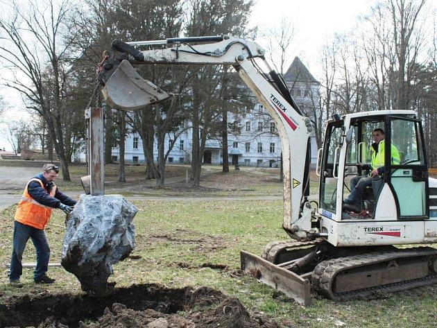 NOVĚ POSTAVÍ v Chodové Plané májku na nádvoří zámku. Na snímku pracovníci stavební firmy usazují mechanismus, ve kterém bude kmen májky upevněn.