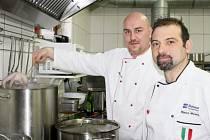 JÍDLA PODLE tradičních italských receptur připravoval s týmem restaurace ve Mlýnci italský gastronomický odborník Marco Moles (vpravo). Nechyběly ani mořské plody.