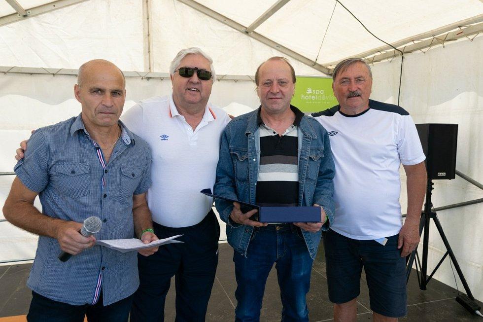 Zleva moderátor a jeden z oceněných Václav Chaloupek, Karol Dobiáš, oceněný fotbalista Jaroslav Beneš a Antonín Panenka.