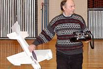 Vlastimil Sloup se svým modelem halového letadla krátce po akrobatické sestavě