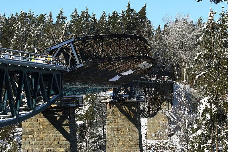 Otáčení druhé části železničního mostu nad přehradou Hracholusky