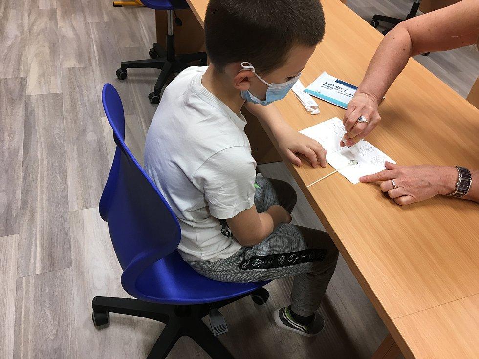Do ZŠ Zárečná se v pondělí vrátilo 142 dětí, napřed musely podstoupit test na covid-19.