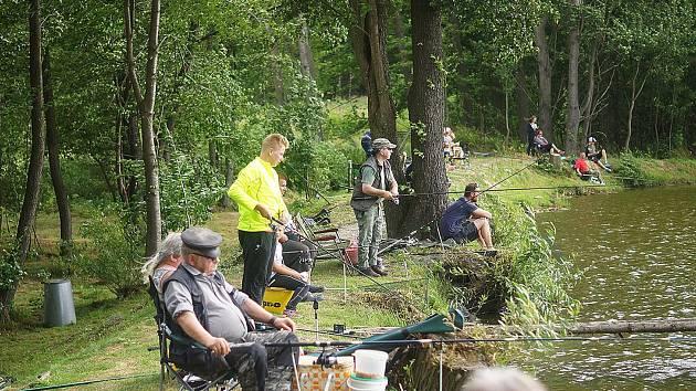 U rybníku za Starým Sedlištěm se na setkaly desítky rybářů.