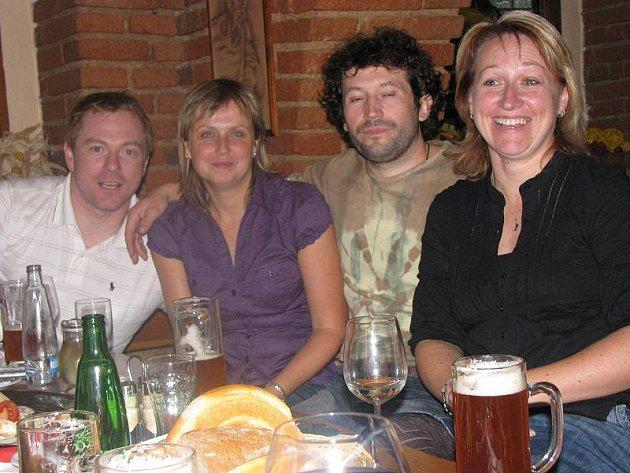 V Restauraci U Rybiček se v pátek večer po dvaceti letech sešli bývalí spolužáci ze Základní školy Stříbro. Snímek zleva Radek Mužík, Kamila Petrláková, Jan Junek a Kateřina Novotná.