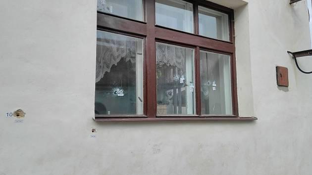Projektily pronikly do fasády i do oken objektu.