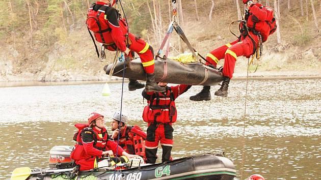 CVIČENÍ. Záchranáři z Royal Rangers při cvičení na Hracholuské přehradě.