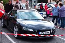 I KDYŽ VOZOVÝ PARK Tachovska je podle odhadu úředníků v průměru čtrnáctiletý, není výjimkou potkat na silnicích regionu automobily vyloženě luxusní. Sportovní vůz Audi R8 na snímku mohli obdivovat loni návštěvníci tradičního tachovského autosalonu.